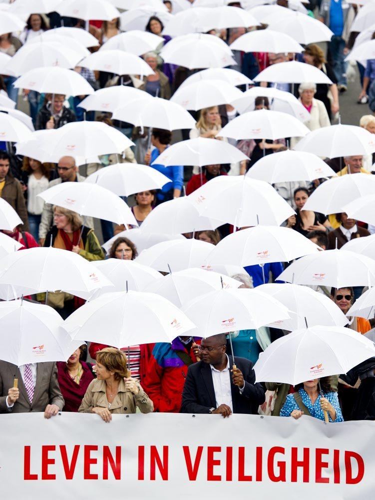Vredesmars met witte paraplu's